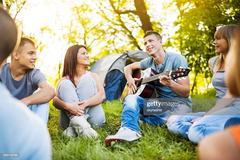 Adolescenti campeggio. : Foto stock