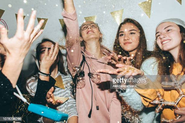 tieners vieren de new year's eve - party stockfoto's en -beelden