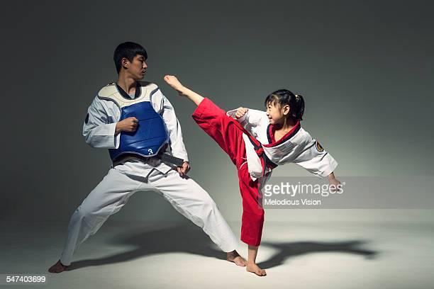 teenagers doing martial arts, tae kwon do - taekwondo - fotografias e filmes do acervo