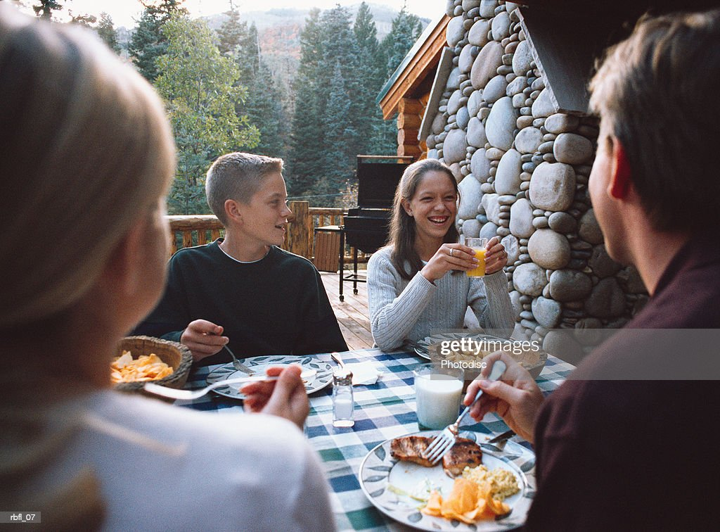 teenagers have breakfast outside at a lodge : Stockfoto