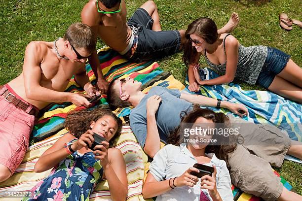 Teenager liegen und entspannen Sie in der Landschaft