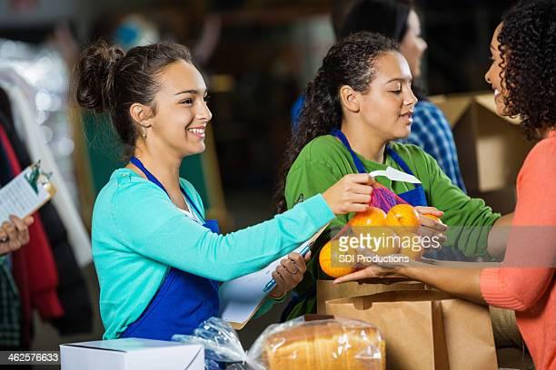 Ados en passant un don à la banque alimentaire Don drive