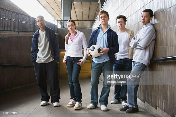 teenagers - alleen tieners stockfoto's en -beelden