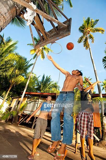 adolescentes jogando basquete na ilha mabul - ilha de mabul imagens e fotografias de stock