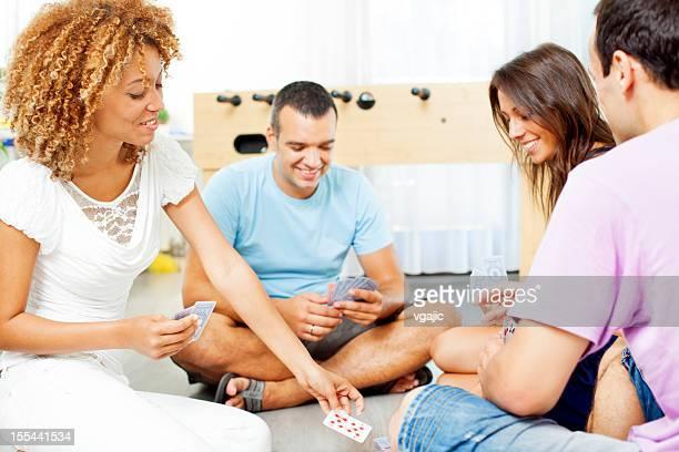 Teenager Karten spielen.