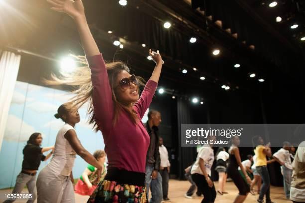 teenagers rehearsing on stage - actor - fotografias e filmes do acervo