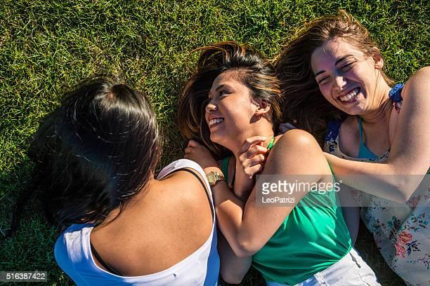 ティーンエイジャー、草の上でのリラックスしたレイアウトで、公園