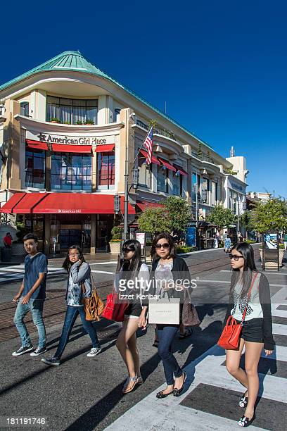 teenagers shopping, the grove, w 3rd steet - the grove los angeles stock pictures, royalty-free photos & images