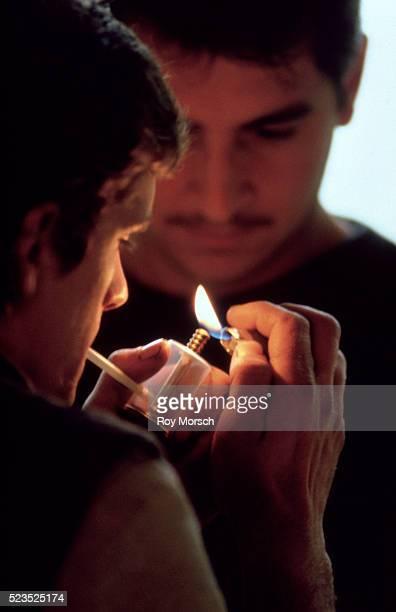 teenagers smoking crack - smoking crack photos et images de collection