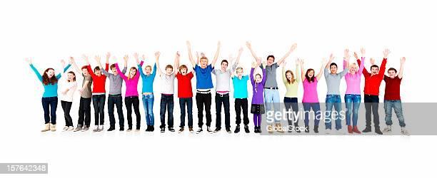 Jungen stehen in einer Linie mit Hand heben