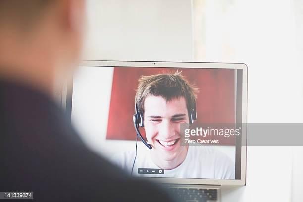 Teenager reden auf laptop