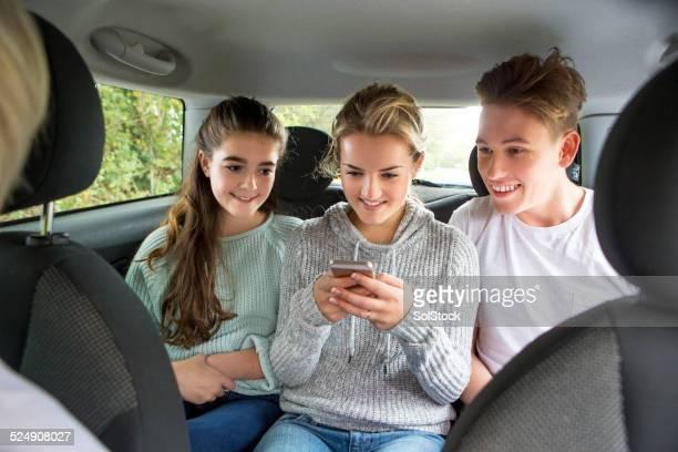 Adolescentes mensajes de texto en un coche