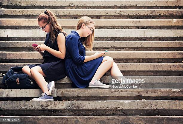 Teenager SMS auf Treppe