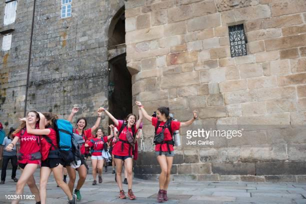 teenagers walking camino arriving in santiago de compostela - cammino di santiago di compostella foto e immagini stock