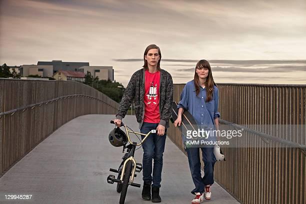Adolescents avec vélo et de skate-board