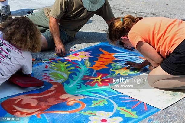 Teenager Arbeiten auf Kreide-Zeichnung auf street festival