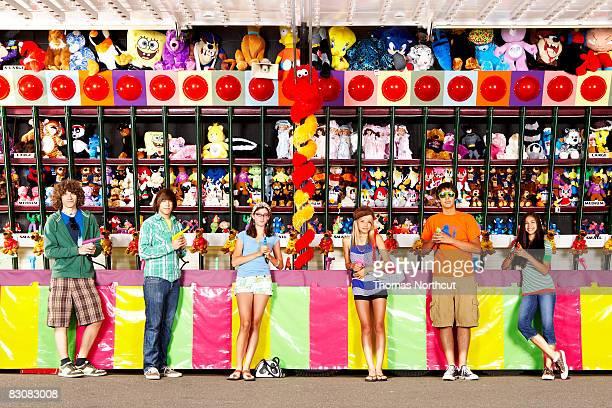 Adolescentes en el parque de diversiones