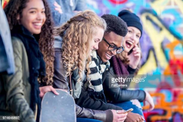 tieners in stedelijke omgeving - 14 15 jaar stockfoto's en -beelden