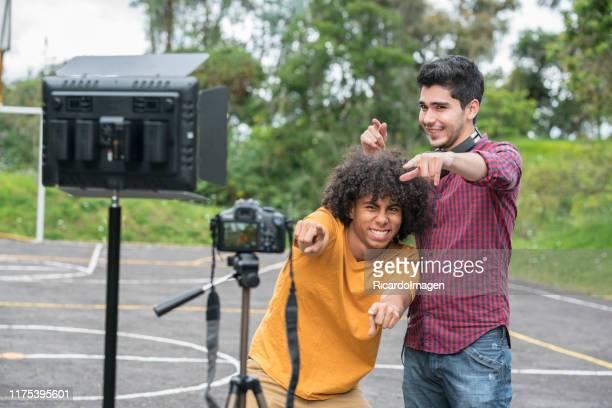 tonåringar gör videor för video-sharing webbplats - preparation bildbanksfoton och bilder