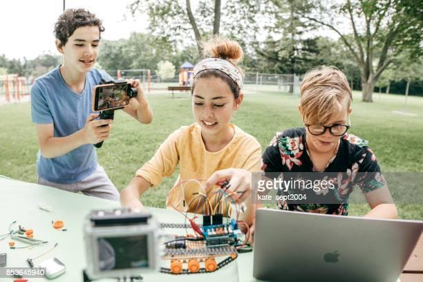 jugendliche an roboterprojekt arbeiten - 12 13 jahre fotos boys stock-fotos und bilder