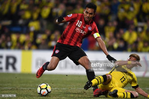 Teerasil Dangda of Muangthong United and Ryuta Koike of Kashiwa Reysol compete for the ball during the AFC Champions League playoff between Kashiwa...