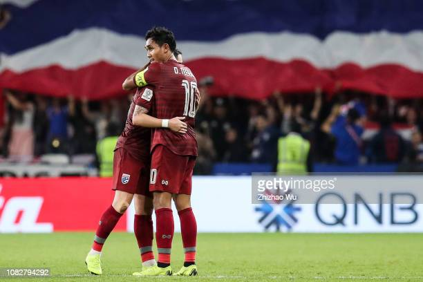 Teerasil Dangda of Thailand celebrates going to knockout stage after the AFC Asian Cup Group A match between the United Arab Emirates and Thailand at...
