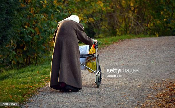 Tegernsee / Bayern / Armut / Soziales / Frau Eine arme alte Frau in Tegernsee mit Ihrem Rollator und Ihre Halbseligkeiten laeuft sie am Tegernsee...