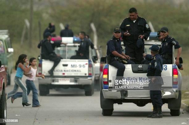 Agentes de la Policia Nacional de Honduras inspeccionan en patrullas los alrededores de la Penitenciaria Nacional ubicada 30 km al norte de...
