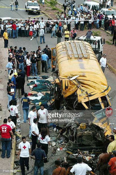 Cuerpos de socorro y autoridades trabajan junto al autbus que choco con otro causando la muerte de varias personas en Tegucigalpa el 10 de julio de...