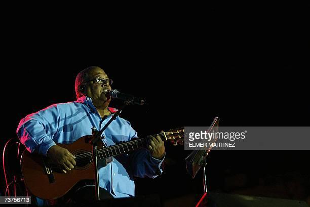 El cantante cubano Pablo Milanes interpreta una de sus canciones durante un concierto a beneficio de la ''Fundacion Abrigo'' que dirige la primera...