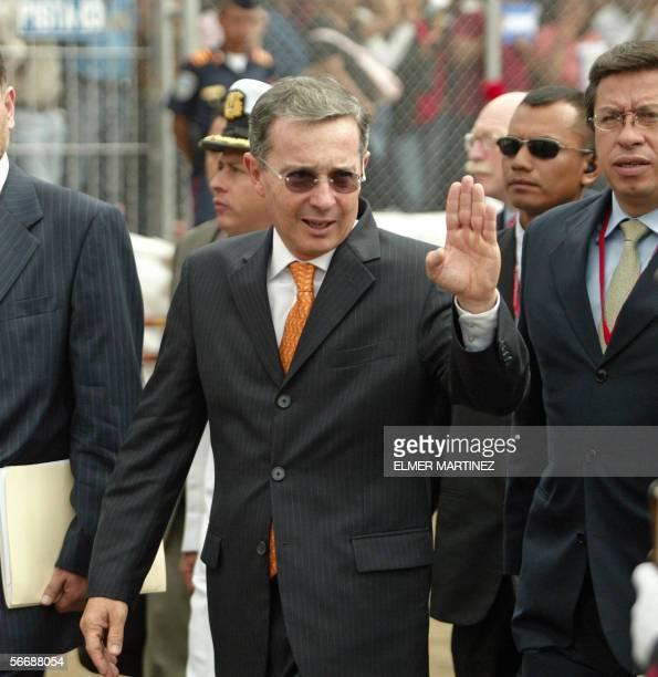 El presidente de Colombia Alvaro Uribe saluda al publico al hacer su ingreso al estadio Tiburcio Carias Andino para asistir a la ceremonia de...