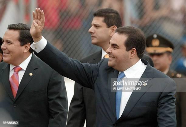 El presidente de El Salvador Antonio Saca saluda al hacer su ingreso al estadio Tiburcio Carias Andino para asistir a la ceremonia de traspaso de...