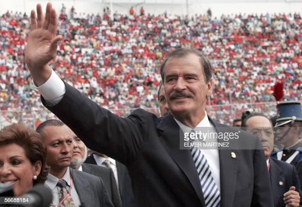 El presidente de Mexico Vicente Fox saluda a su entrada al estadio Tiburcio Carias Andino en Tegucigalpa el 27 de enero para asistir de la ceremonia...
