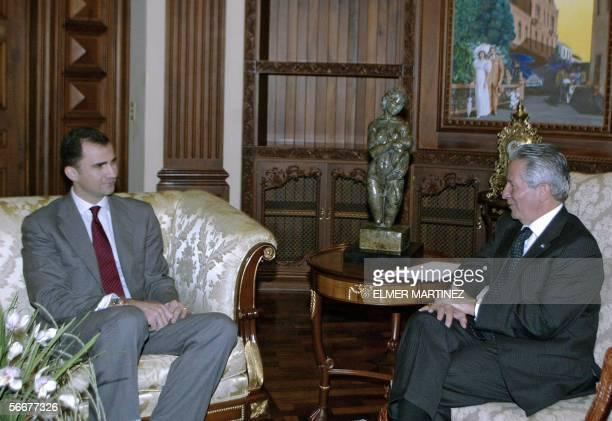 El principe de Asturias Felipe de Borbon conversa con el presidente de Honduras Ricardo Maduro en la Casa Presidencial en Tegucigalpa el 26 de enero...