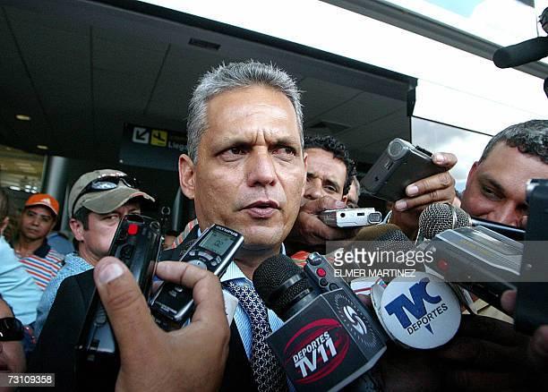 El tecnico colombiano Reinaldo Rueda ofrece declaraciones a la prensa tras su arribo al aeropuerto internacional Toncontin en Tegucigalpa el 25 de...