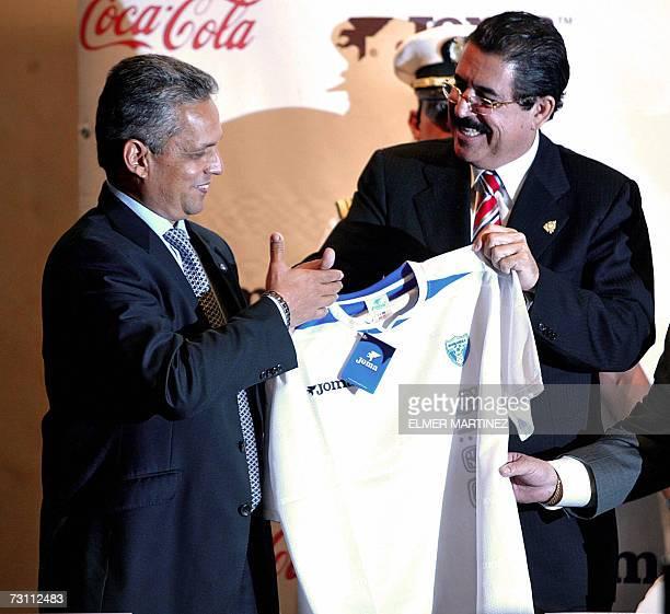 El tecnico colombiano Reinaldo Rueda recibe del presidente de Honduras Manuel Zelaya la camiseta oficial de la seleccion de futbol mayor en...