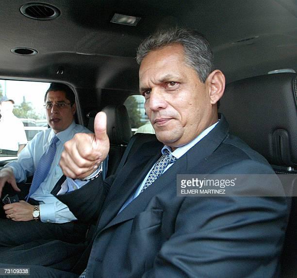 El tecnico colombiano Reinaldo Rueda saluda a la prensa al retirarse del aeropuerto internacional Toncontin en Tegucigalpa el 25 de enero de 2007...