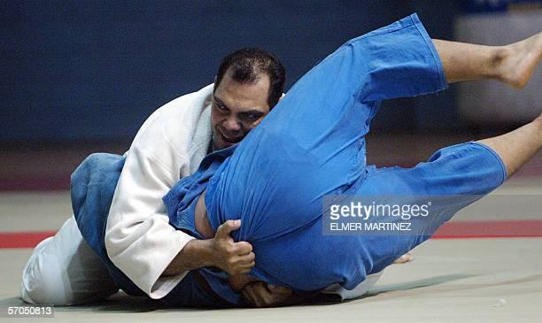 Luis Moran de Honduras disputa la final de judo de la categoria de mas de 100 kg con Luis Perez de Guatemala durante los VIII Juegos Deportivos...