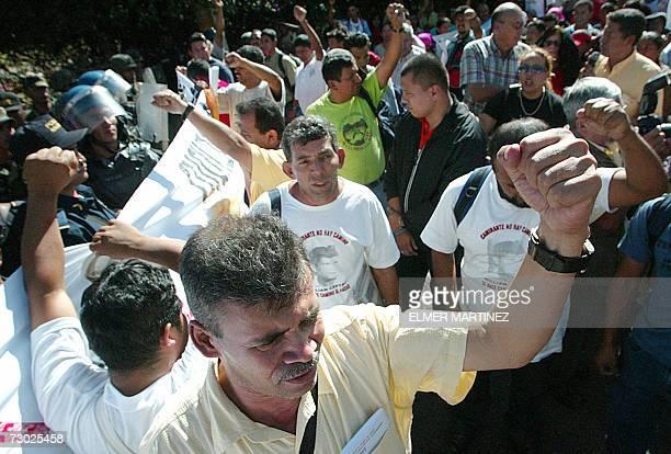 Manifestantes gritan consignas durante una protesta frente a la casa presidencial en Tegucigalpa el 17 de enero de 2007 Cientos de miembros de...