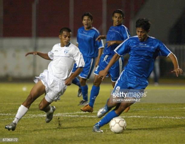 Marco Antonio Solis de la seleccion de futbol Sub21 de Honduras disputa el balon con Ramon Castillo de Nicaragua en Tegucigalpa el 05 de abril de...