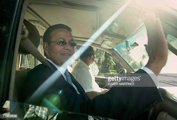 Rafael Callejas ex presidente de Honduras saluda a los periodistas a la salida de su residencia con rumbo a un hotel para dar una conferencia de...