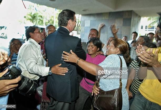 Rafael Leonardo Callejas Romero ex presidente de Honduras es saludado por seguidores al ingresar a un hotel de Tegucigalpa el 20 de setiembre de 2006...