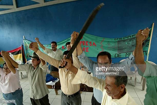 Residentes de la comunidad hondurena de Colomoncagua en la zona fronteriza con El Salvador a 280 km de Tegucigalpa se manifiestan contra la...