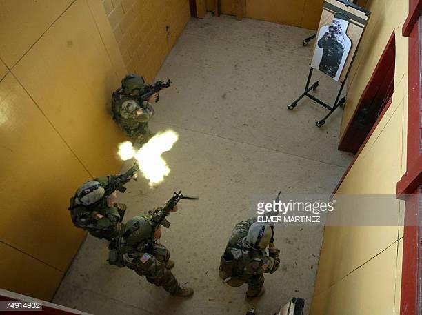 Tegucigalpa, HONDURAS: Soldados de las Fuerzas Especiales del ejercito de Estados Unidos disparan a un blanco en una operacion de rescate de rehenes...