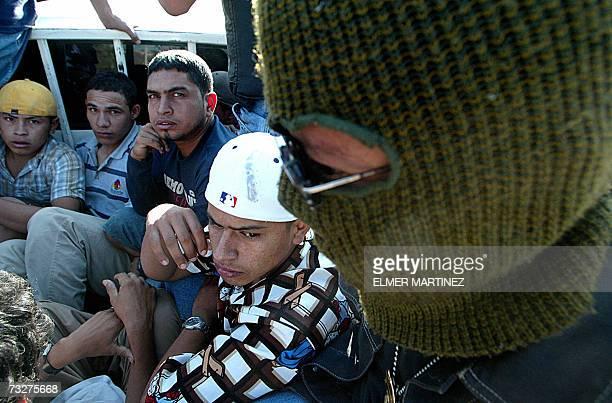Supuestos miembros de la mara Salvatrucha MS13 son custodiados por agentes de la Policia despues de haber sido capturados durante un operativo en...