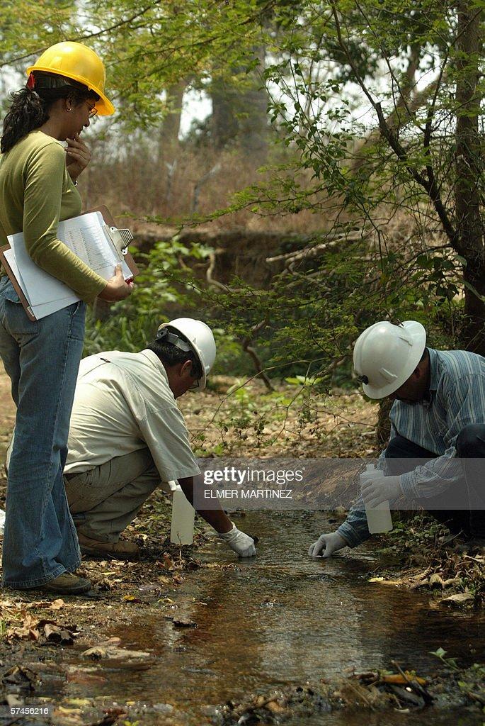 Tecnicos especialistas de la Direccion E : News Photo