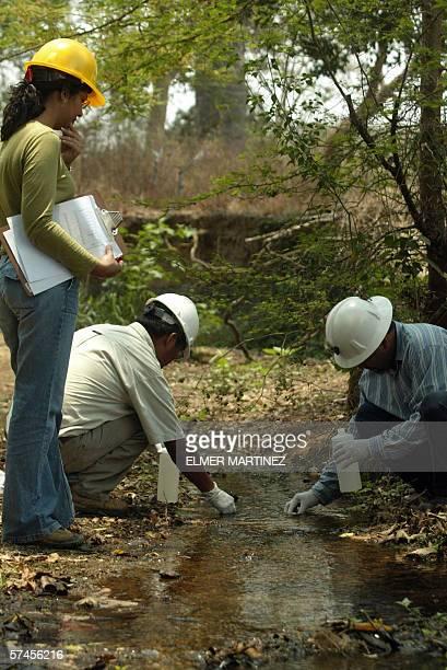 Tecnicos especialistas de la Direccion Ejecutiva de Fomento a la Mineria en Honduras toman muestras de agua en una quebrada cercana a la mina Entre...
