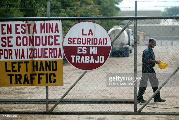 Un empleado camina en la entrada de la Mina Entre Mares mientras tecnicos especialistas de la Direccion Ejecutiva de Fomento a la Mineria en Honduras...