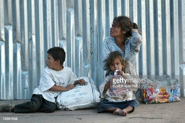 Una mujer con su dos hijos pide limosna en el centro de Tegucigalpa el 22 de enero de 2007 El Banco Interamericano de Desarrollo condono este lunes...