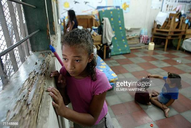 Tegucigalpa, HONDURAS: Una nina permanece en un albergue de la colonia Villa Union luego que su casa fue afectada por un derrumbe, en Tegucigalpa el...